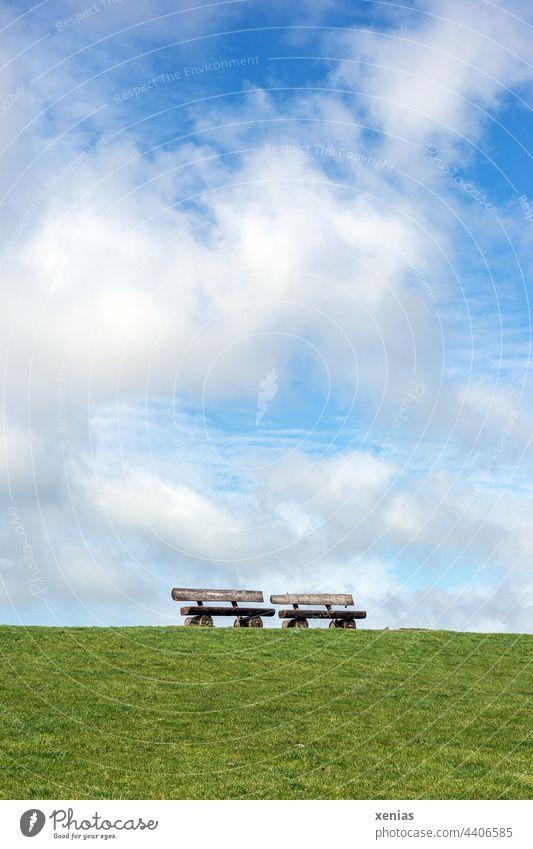 Stehen zwei Bänke auf dem grünen Deich unter blauem Himmel mit Wolken Bank Sitzbank Rasen Erholung Wiese Sommer Gras Schönes Wetter Ferien & Urlaub & Reisen