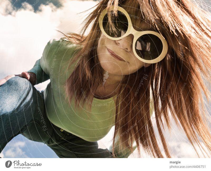 Eine Frau mit großer Sonnenbrille schaut in die Fotokamera Brille blondes Haar Gesicht Junge Frau Haare & Frisuren Porträt feminin sexy hübsch Sinnlichkeit