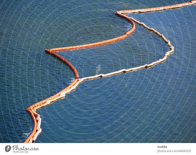 Baustelle zur See - Wasseroberfläche unterteilt in wellig, weniger wellig und ruhig Absperrung Wellen Meer Abgrenzung abgrenzen teilen Unterteilung Leinen