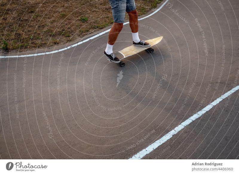 Skateboarder üben auf einem Pumptrack-Park Skater Pumpe Bahn Aktion aktiv Erwachsener Holzplatte surfskate Junge lässig Kaukasier Beton Kultur Europäer Übung