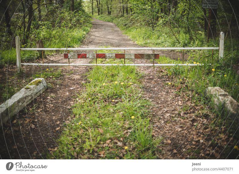 Hier geht's nicht weiter Sperre Absperrung Schlagbaum Schranke schrankenzaun Zaun Barriere Sicherheit Schutz Gitter Strukturen & Formen Konstruktion Ende
