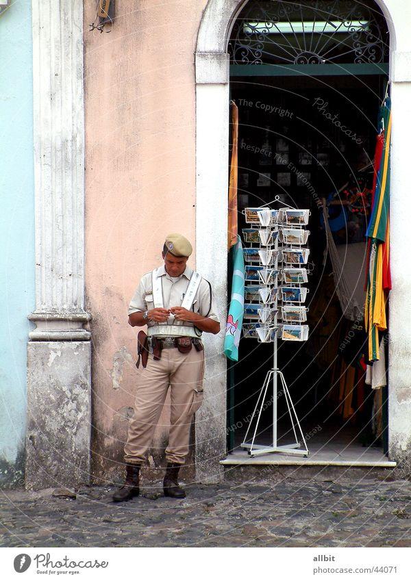 seguridad del público Mann Stadt Straße Ladengeschäft Postkarte Amerika Polizist Soldat Tourist Brasilien Armee Südamerika Salvador de Bahia