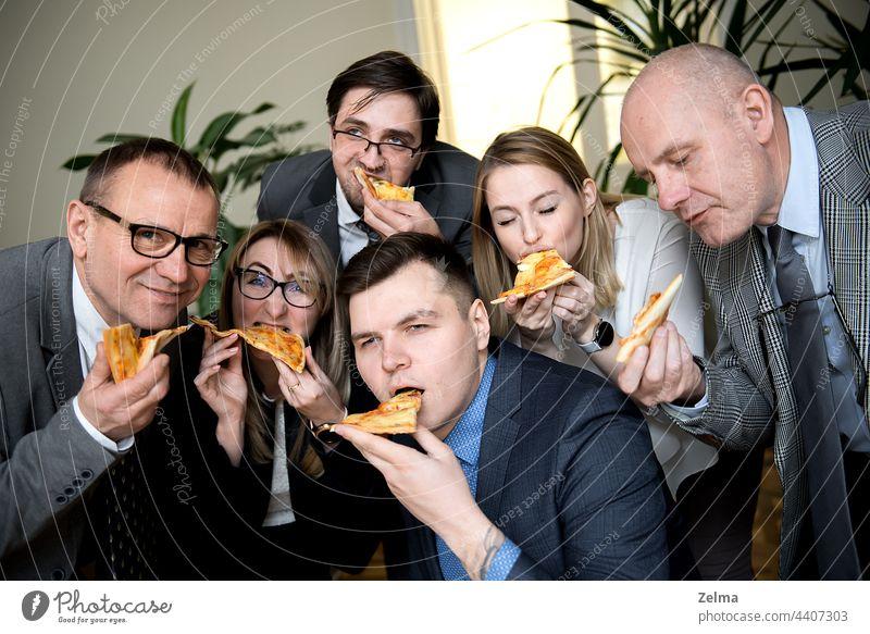 Geschäft, Essen, Mittagessen und Menschen Konzept - glückliche Business-Team essen Pizza im Büro Glück Lebensmittel Finanzen Freunde Teilen Menschengruppe