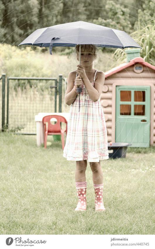 Regen Spielen Garten Mensch feminin Kind Mädchen 1 3-8 Jahre Kindheit Sommer schlechtes Wetter Gras Kleid Gummistiefel blond stehen schön niedlich Regenschirm