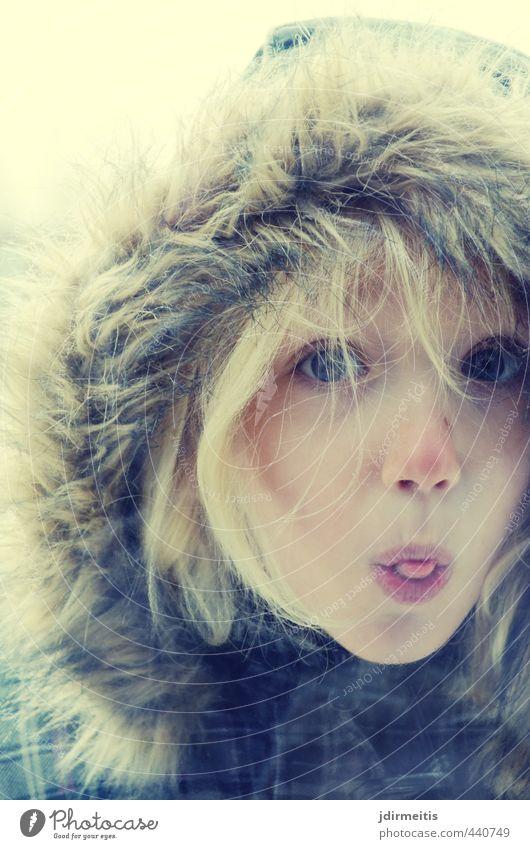 Frech Mensch Kind schön Mädchen Winter feminin Spielen Freizeit & Hobby blond Kindheit beobachten Coolness Neugier Konflikt & Streit Langeweile frech