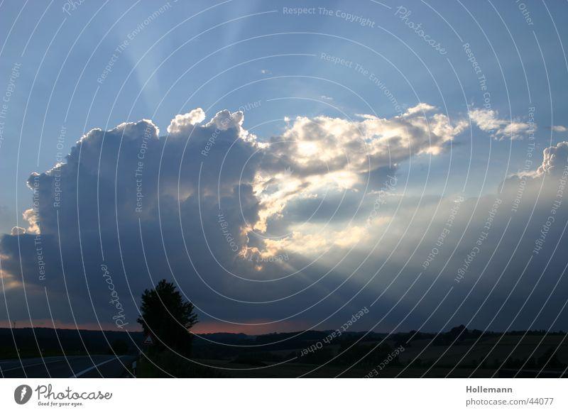Sonnenspiel Wolken Donnern Blitze Unwetter Horizont Stimmung Romantik Licht Strahlung Sonnenstrahlen Gewitter Wetter Regen Hagel Himmel Lichtstrahl