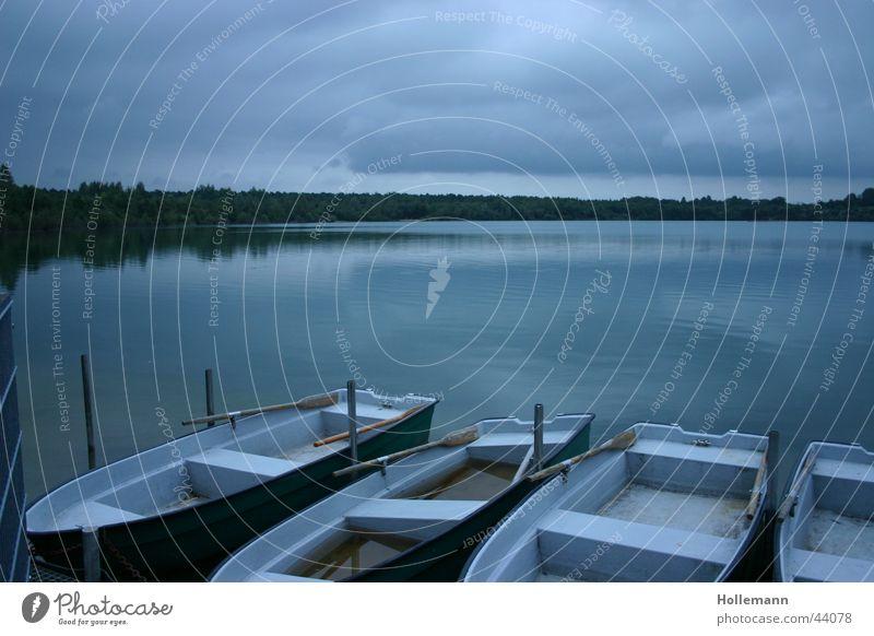 Der blaue See Himmel Wasser Ferien & Urlaub & Reisen Wolken ruhig kalt dunkel Stimmung Wasserfahrzeug Hintergrundbild Trinkwasser Coolness Frieden tauchen