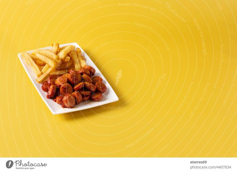 Traditionelle deutsche Currywurst Wurstwaren Pommes frites Ketchup Oktoberfest Deutsch Lebensmittel gebraten gegrillt selbstgemacht Mahlzeit Fleisch Teller