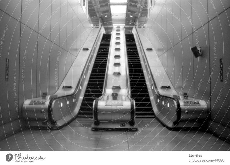 stairway to heaven Rolltreppe Untergrund London Canning Town England Verkehr hoch abwärts aufwärts Treppe Bahnhof