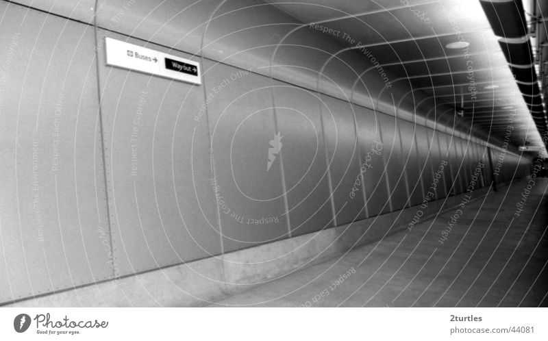 no way out Tunnel Ausgang Unendlichkeit diagonal trist leer Wand London England Architektur Schwarzweißfoto Fluchpunkt