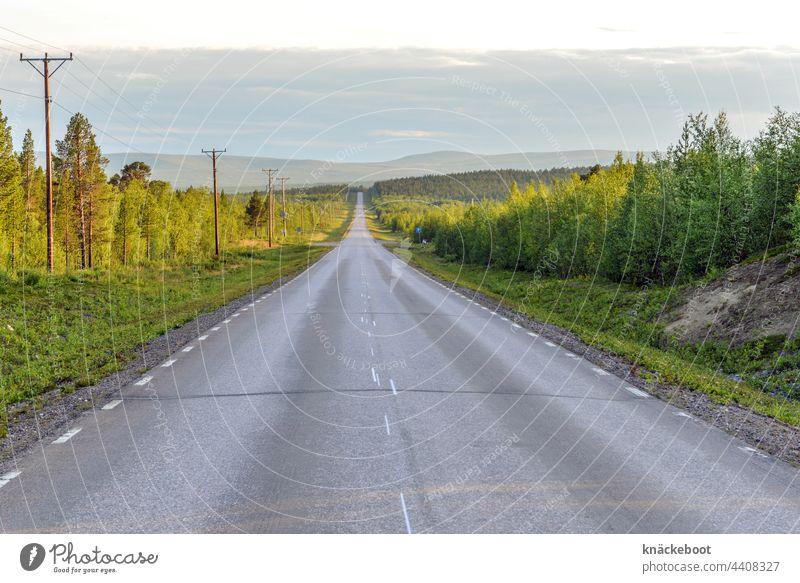 schwedisch lappland Straße endlos endlose weiten Endlosigkeit Schweden Lappland Landschaft Farbfoto Abenteuer Menschenleer Berge u. Gebirge Umwelt Ferne Natur