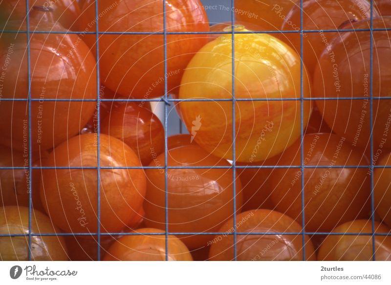 hinter Gittern orange Ball rund Freizeit & Hobby Spielzeug Statue Kunststoff Gummiball Drahtgitter