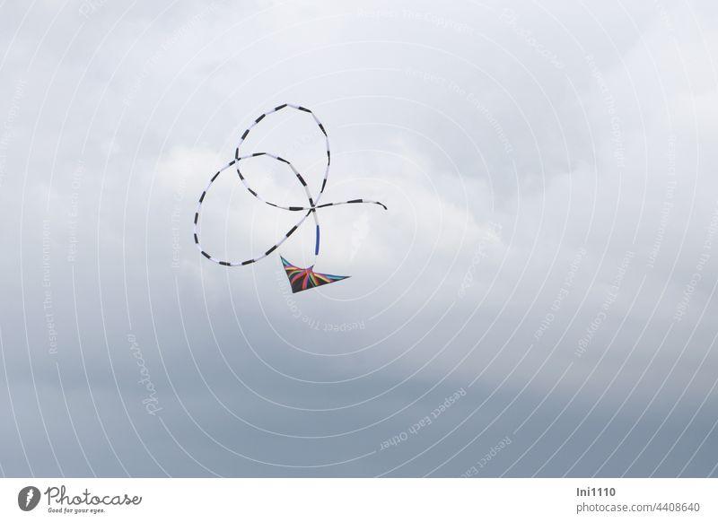 Malerei mit dem Lenkdrachen Himmel grauer Himmel Drachenfest Flugobjekt Begeisterung Drachen steigen lassen Tricks Geschwindigkeit Schleife Flugkünste lenken