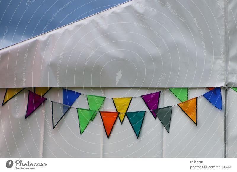 bunte Wimpelketten auf weißer Zeltwand Dekoration Blickfang Fahnenketten Girlande Seil farbig wetterfest schmücken weißes Zelt Reißverschluß Fest Drachenfest