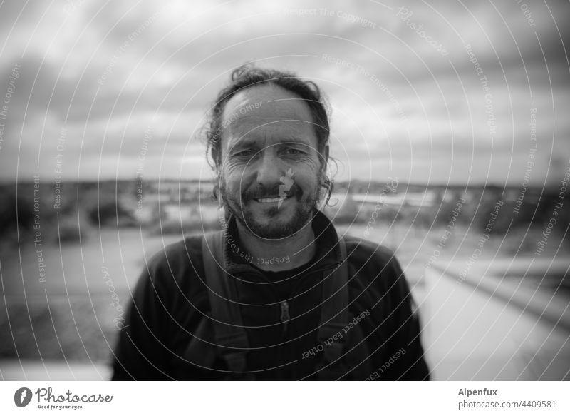 Mann lacht maskulin Mensch Porträt Schwarzweißfoto Tag Lächeln lachen Erwachsene 1 Außenaufnahme Gesicht Freude Blick Kopf Blick in die Kamera Blick nach vorn