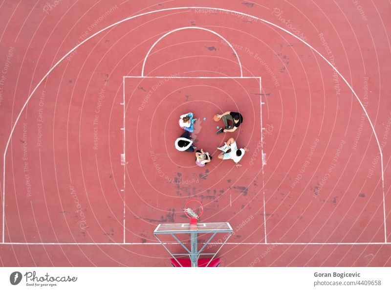 Blick von oben auf entschlossene Basketballspieler, die bei Tageslicht auf dem Platz stehen Antenne Hintergrund Ball Korb Hochschule Konkurrenz Gericht Feld