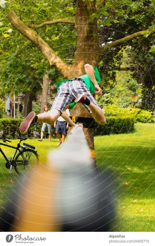 Pre-Aua Situation Slacklinen Außenaufnahme Gleichgewicht Farbfoto fallen stürzen Sport Mensch Baum Zufriedenheit sportlich Freizeit & Hobby Seil Park