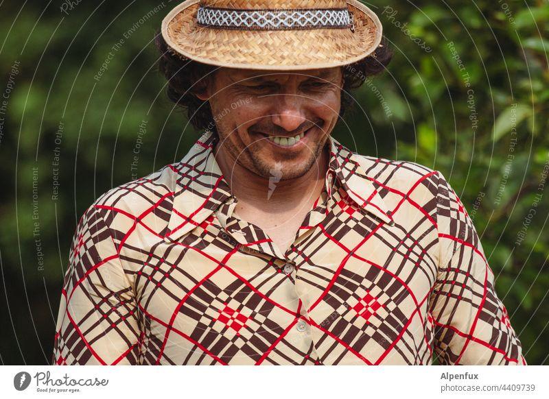 Junger Mann im Ruhestand Hut Hemd Mensch Erwachsene Mode Porträt maskulin Außenaufnahme Farbfoto Lifestyle Stil trendy modern Coolness Model schön modisch