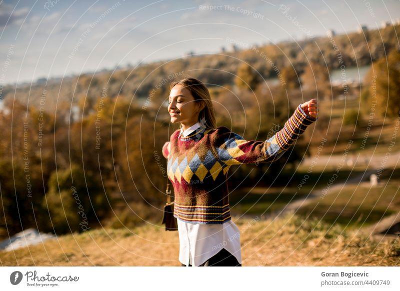 Junge Frau geht draußen an einem sonnigen Herbsttag spazieren Erwachsener attraktiv schön brünett lässig Kaukasier Gesicht fallen Mode Mädchen Glück Haus