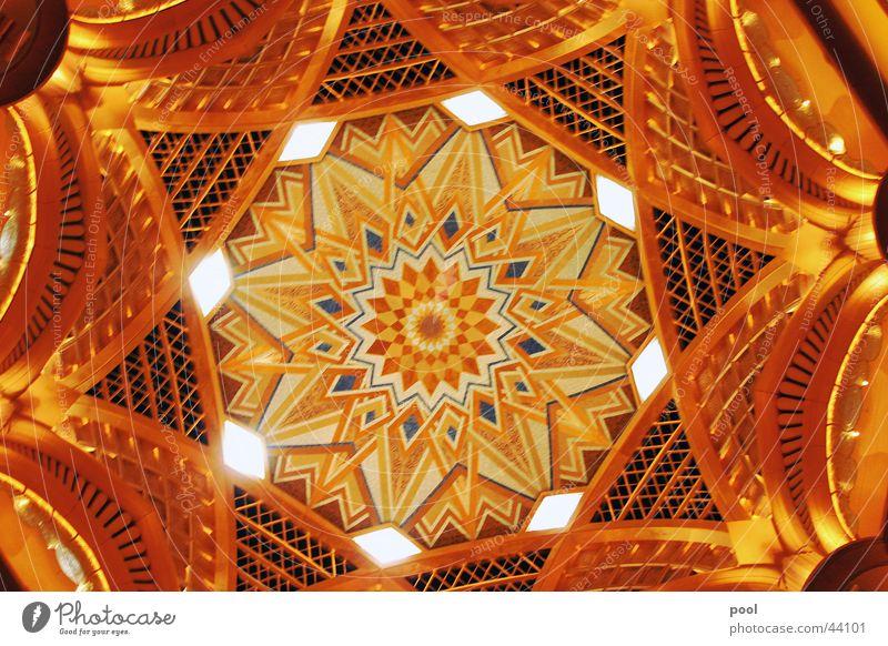 Emirates Palace Hotel glänzend Kuppeldach Innenarchitektur Licht Architektur Abu Dhabi Vereinigte arabische Emirate gold Reichtum Decke