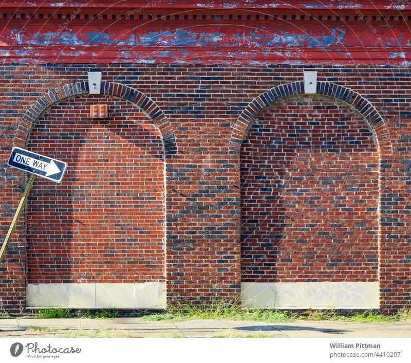Einfache Fahrt einfache Fahrt Wand Verkehrsschild Einbahnstraße Mauer Außenaufnahme Menschenleer Fassade Farbfoto