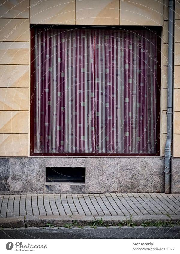 Ausverkauft und für immer geschlossen Ladengeschäft Geschlossen Retro Schaufenster Fassade Geschäft verlassen Konkurs Geschäftsaufgabe Leerstand leergeräumt