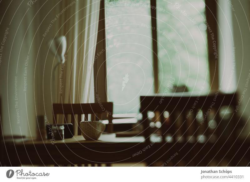 Esstisch im Wohnzimmer aus Holz Stuhllehne Wohnzimmerstuhl Holztstuhl Sitzgelegenheit echtholz eichenholz zuhause Nahaufnahme Möbel Menschenleer Lehne anlehnen