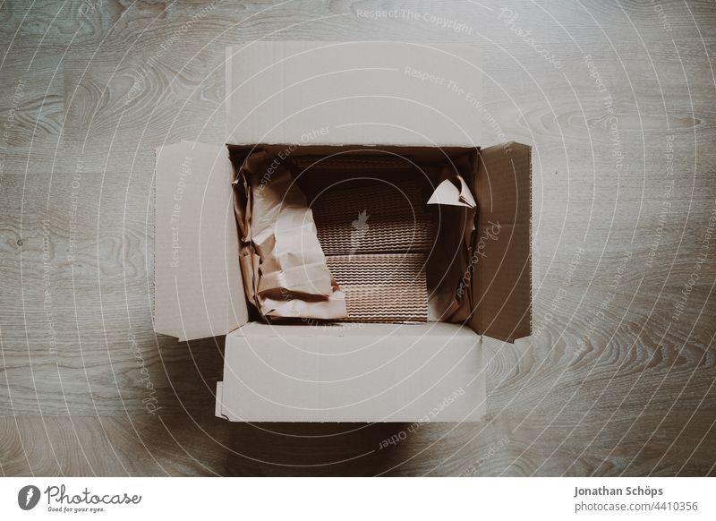 leerer Pappkarton mit Verpackungsmaterial aus Recycling Pappe Geschenk Innenaufnahme Schachtel Papier Menschenleer rest Güterverkehr & Logistik online einkaufen