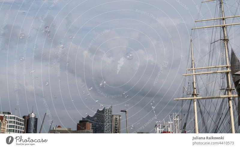 Seifenblasen über dem Hamburger Hafen Himmel Elbe Hafenstadt Außenaufnahme Schifffahrt Stadt Sehenswürdigkeit Fluss Textfreiraum oben Tourismus Wahrzeichen