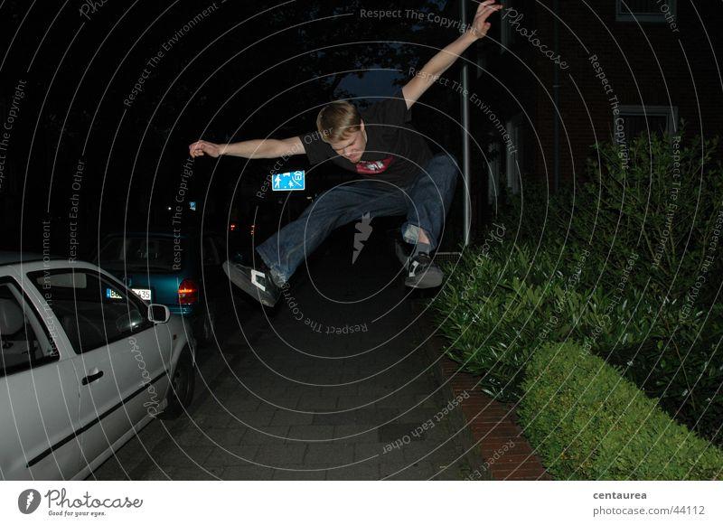 1. Flugversuch Mann Freude springen fliegen maskulin Sehnsucht schreien Typ