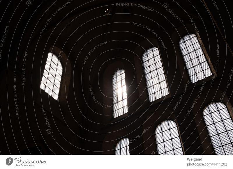 Kirchenfenster mit Sonnenstrahlen Kirchenraum Fenster Glaube Spiritualität Licht düster evangelisch kathedrale katholisch beten