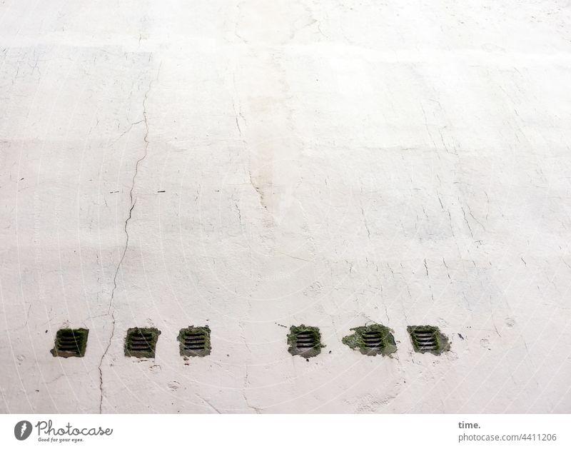 kurzatmig lüftungsschlitz wand hauswand sechs riss mauer mauerwerk putz atmen grafittifrei perspektive