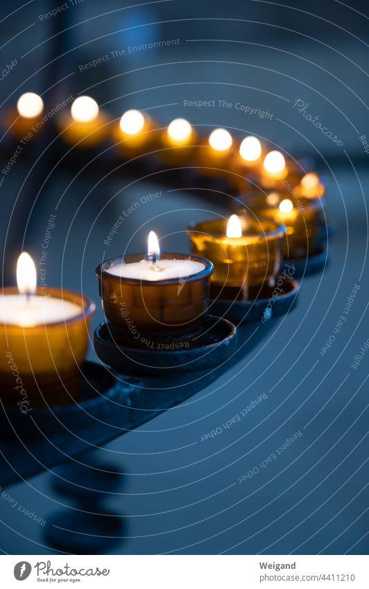 Kerzen in Kirche, die Trost spenden Gebet beten Meditation Spiritualität Licht Advent Trauer katholisch christlich Berufung Hoffnung dunkel