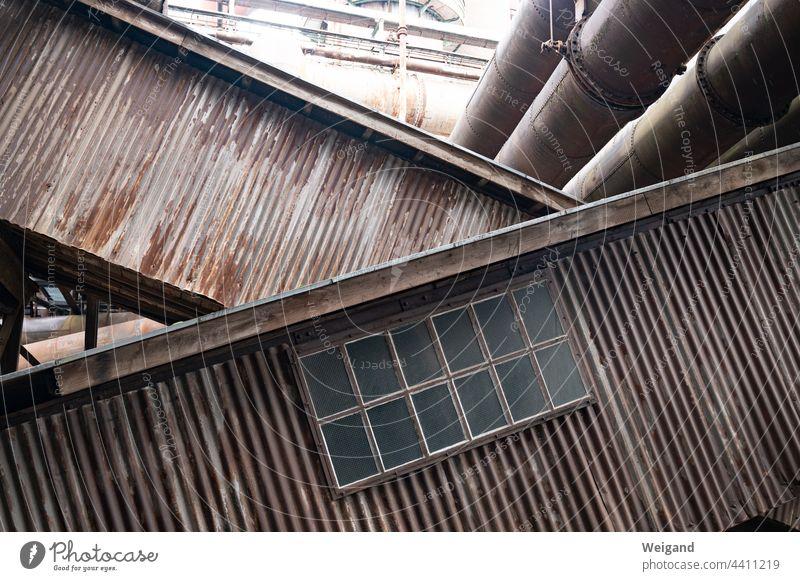 Schräge Förderbänder in Industrieanlage schräg Horizont alt nostalgie Rost verrostet Fenster