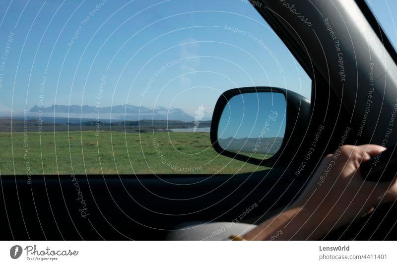 Road Trip durch Island mit der Landschaft durch das Fenster und den Spiegel gesehen Asphalt Automobil Hintergrund blau PKW Laufwerk grün Autobahn isländisch