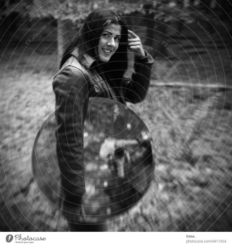 Estila frau langhaarig schwarzhaarig jacke lederjacke wald spiegel lachen fotograf fotografieren baum laub kommunikation spiegelung stehen Handbewegung