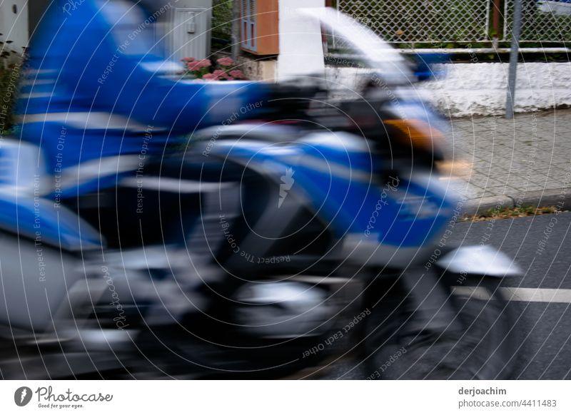 Polizei auf schneller  Tour, mit dem Motorrad. Straße Geschwindigkeit Fahrzeug Verkehr Motorradfahrer Abenteuer Ausflug horizontal Bewegung Aktivität Transport