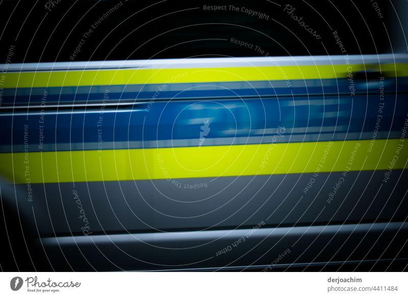 Ein Polizei Auto hat es ganz eilig und fährt mit ganz schneller Geschwindigkeit am Fotografen vorbei. Autofahren PKW Außenaufnahme Verkehrsmittel Menschenleer