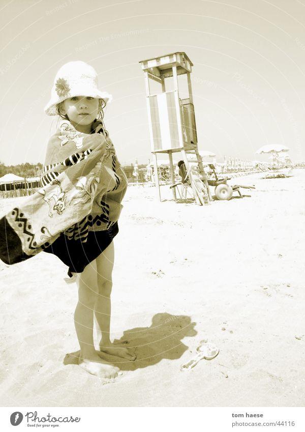Beachimpression Strand gelb kleines mädchen Sand Wind