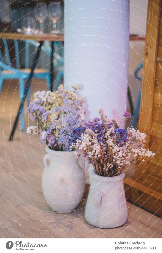 zwei Keramikvasen mit Wildblumen Porzellan Blumenhändler terrine Veranstaltung romantisch Rezeption ländlich Kernstück Tafelaufsätze Festakt Party Liebe