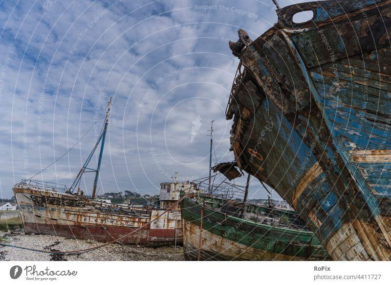 Schiffsfriedhof in Camaret sur Mer. Schiffsrumpf Segelschiff Segler Farbe Holz Planken Sand Moos Struktur Tiefgang Seefahrt ship Technik Barkasse Hafen Harbour