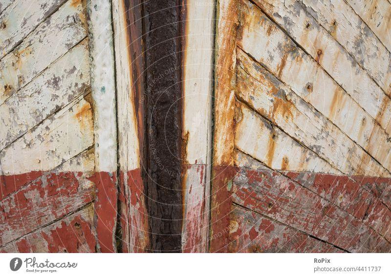 Verwitterte Oberfläche am Rumpf eines Segelschiffes. Schiffsrumpf Segler Farbe Holz Planken Sand Moos Struktur Tiefgang Seefahrt ship Technik Barkasse Hafen