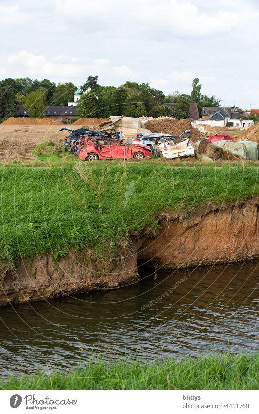 Nach der Flutkatastrophe in Erftstadt - Blessem , zerstörte Autos und Bauschutt am Ufer der Erft Zerstörung Hochwasser Fluss Autowracks Katastrophe