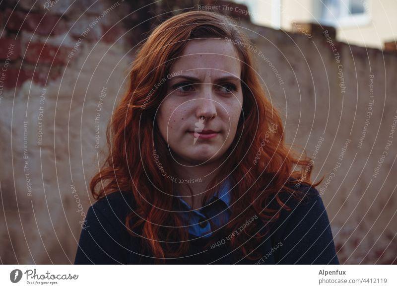 Junge Frau Haare & Frisuren Blick in die Kamera Tag 18-30 Jahre Gesicht Jugendliche schön Porträt Mensch Frauengesicht skeptischer Blick feminin Erwachsene