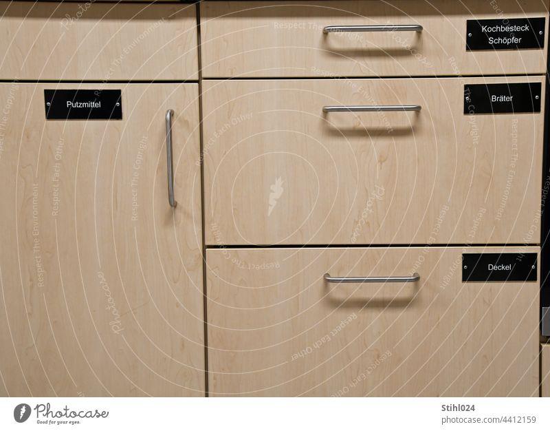 Ordnung muss sein Schublade Küche Einbauküche Griff Beschriftung Beschriftung in Schwarz und Weiß aufräumen systematisch ordentlich Holz Putzmittel Deckel