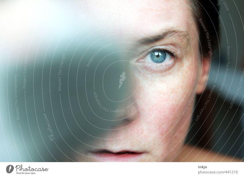 mit einem blauen Auge davongekommen Mensch Frau blau Erwachsene Gesicht Auge Leben Gefühle Dinge nah was Fleck Hälfte ernst Identität Genauigkeit