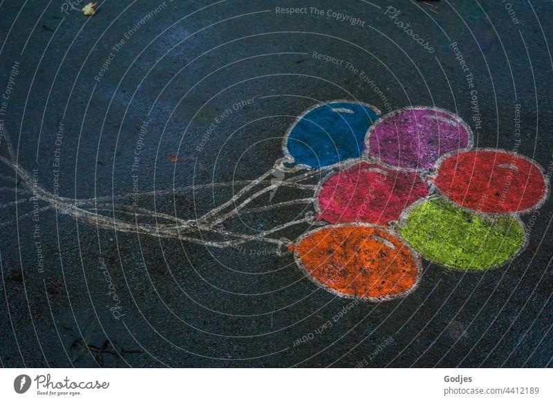 gemalte Luftballons auf einer Straße Kreide Farbe Boden Kindheit Asphalt mehrfarbig Kreativität Freude Kunst blau Wege & Pfade Strassenmalerei Spielen