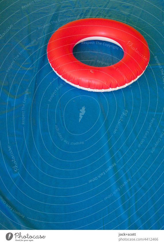 besetzt   mit roten Badering im leeren aufgeblasenen Pool Schwimmring Ring trocken aufblasbar blau Farbkontrast Lifestyle Kunststoff Kinderbecken Planschbecken