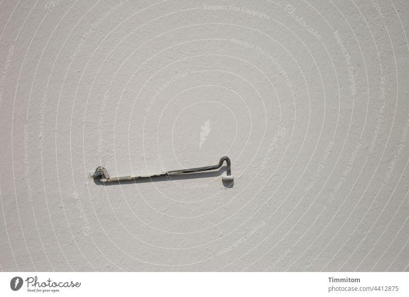 Dänischer Sturmhaken, Ruheposition Wand Metall Fassade Öse Haken Mauer Farbfoto Menschenleer einfach Schatten Funktion zweckmäßig Dänemark