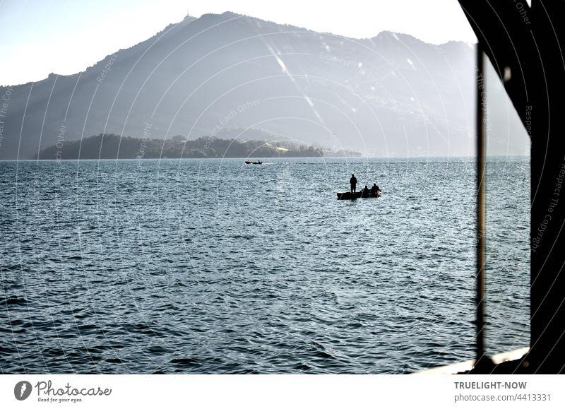 Angler auf dem See. Der Tag hat kaum begonnen. Petri heil denk ich. Lake Lucerne Vierwaldstätter See Schweiz Berge Ferien Urlaub Angeln Boot Boote Fischerboot